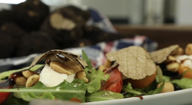insalata mista con ricotta fresca e noccioline al tartufo